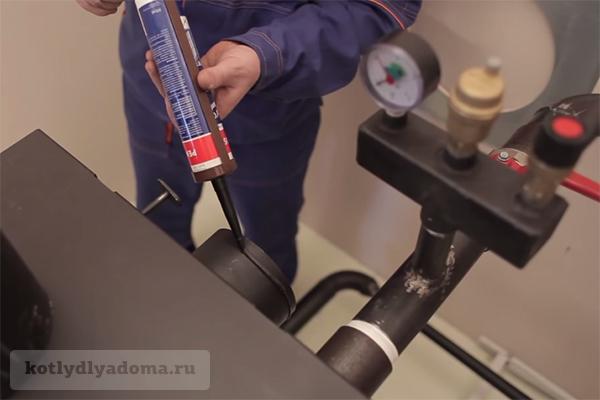 Соединение патрубка ТТ котла и дымовой трубы с помощью герметика