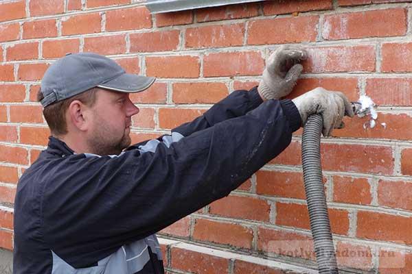 Заливка пеноизола в стены снаружи загародного дома