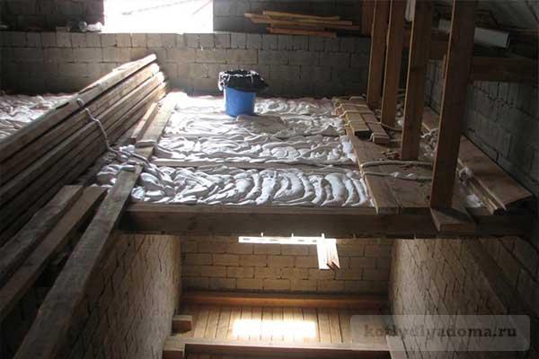 Запенивание пеноизолом потолка в частном доме